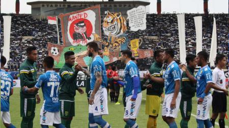 Pemain Persib Bandung bersalaman dengan pemain Persebaya. - INDOSPORT