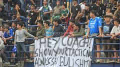 Indosport - Kritik Bobotoh kepada Miljan Radovic saat pertandingan menghadapi Persebaya.