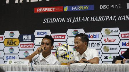 Pelatih Persebaya Djadjang Nurjaman (kanan) dan Irfan Jaya saat konfrensi pers, Kamis (07/03/19) - INDOSPORT