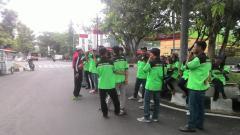 Indosport - Para juru parkir di  Stadion Moch. Soebroto.