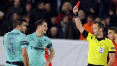 Indosport - Bek Arsenal Sokratis ketika dikartu merah pada laga kontra Rennes di Liga europa, Jumat (08/03/19).