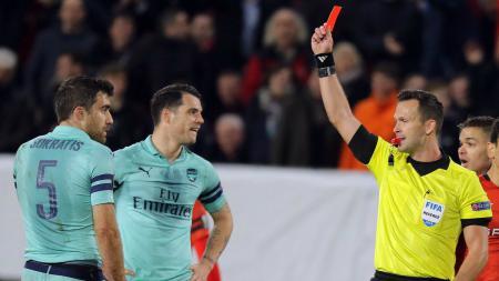 Bek Arsenal Sokratis ketika dikartu merah pada laga kontra Rennes di Liga europa, Jumat (08/03/19). - INDOSPORT
