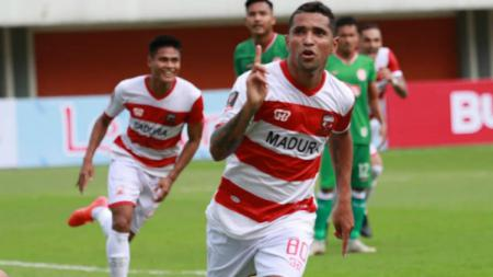 Beto Goncalves bawa Madura United unggul 2-1 atas Persebaya Surabaya pada babak pertama leg 2 perempatfinal Kratingdaeng Piala Indonesia 2018/19, Kamis (27/06/19) - INDOSPORT