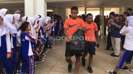 Siswa dan siswi SMP serbu penggawa Timnas u-23 selepas latihan. - INDOSPORT