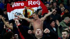 Indosport - Fans Manchester United saat Menonton Laga Kontra PSG di Paris, Kamis (07/03/19)