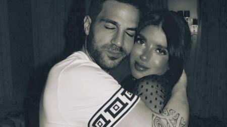 Cesc Fabregas dan istrinya, Daniella Semaan, punya banyak waktu bersama di rumah di tengah penyebaran virus Corona. - INDOSPORT