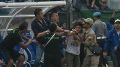 Indosport - Momen Ketika Miljan Radovic Diserang Bobotoh