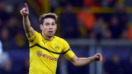 Barcelona memasukkan nama bek Dortmund, Raphael Guerreiro ke dalam daftar belanja mereka. - INDOSPORT