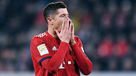 Robert Lewandowski nyaris melakukan selebrasi bugil saat laga final DFB Pokal 2018/19 melawan RB Leipzig. - INDOSPORT