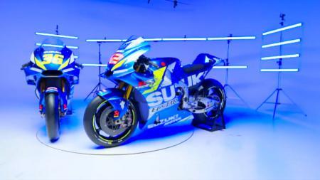 Tim Suzuki Ecstar akhirnya resmi meluncurkan line-up pembalap serta livery motor GSX-RR anyarnya yang bergaya retro untuk MotoGP musim 2020. - INDOSPORT