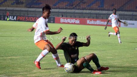 Penggawa Tira Persikabo, Abduh Lestaluhu memanfaatkan waktu senggang karena kompetisi Liga 1 2020 diliburkan sementara dengan berkumpul bersama keluarga. - INDOSPORT