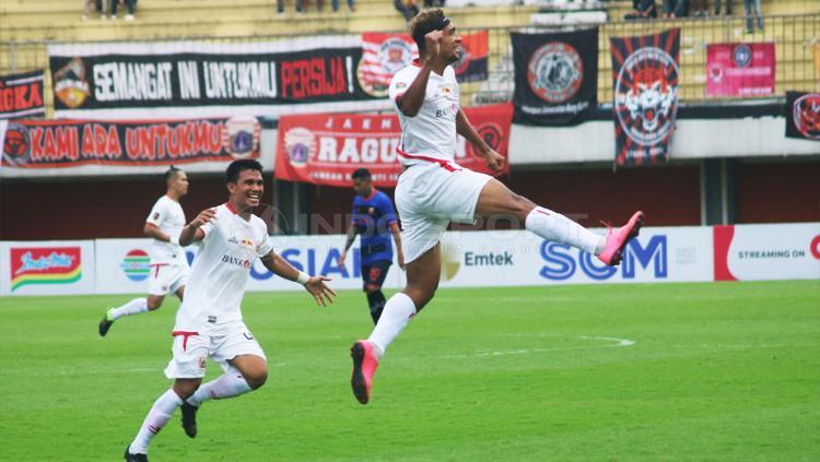 Bruno Matos berselebrasi usai mencetak gol ke gawang Madura United. Copyright: Ronald Seger/INDOSPORT