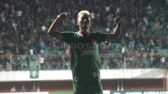 Indosport - Pemain PSS Sleman, Kushedya Hari Yudo berselebrasi usai mencetak gol.