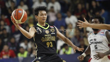Small forward Pacific Caesar Surabaya, Anindya Parama Putra menghindari penjagaan ketat dari pemain Stapac Jakarta.