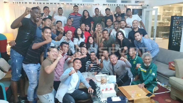 Keluarga Djadjang Nurdjaman saat dikunjungi pemain Persebaya Surabaya, Jumat (08/03/19). Copyright: Fitra Herdian/INDOSPORT