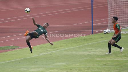 Aksi Osvaldo Haay (kiri) melakukan tendangan salto pada internal game Timnas U-23 di stadion Madya, Senayan, Sabtu (09/03/19).
