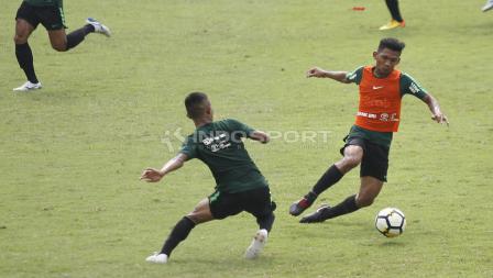 Teuku Muhammad Ichsan (kanan) melewati hadangan Sani Rizky Fauzi pada internal game Timnas U-23 di stadion Madya, Senayan, Sabtu (09/03/19).