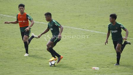 Osvaldo Haay (tengah) sedang menguasai bola pada internal game Timnas U-23 di stadion Madya, Senayan, Sabtu (09/03/19).