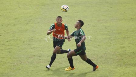 Duel antara Andi Setyo (kiri) dan Osvaldo Haay pada internal game Timnas U-23 di stadion Madya, Senayan, Sabtu (09/03/19).