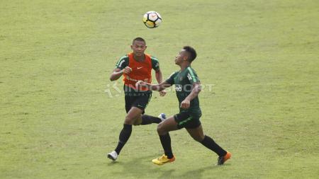 Bek Tira Persikabo dan Timnas Indonesia U-23, Andy Setyo Nugroho (kiri), dikaitkan dengan klub Liga 1, Persija Jakarta. - INDOSPORT