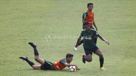 Teuku Muhammad Ichsan (kiri) terjatuh saat mencoba merebut bola dari Osvaldo Haay pada internal game Timnas U-23 di stadion Madya, Senayan, Sabtu (09/03/19).