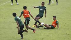 Indosport - Perebutan bola para pemain Timnas U-23 pada internal game Timnas U-23 di stadion Madya, Senayan, Sabtu (09/03/19).