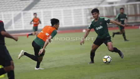 Feby Eka Putra (kiri) mencoba melewati hadangan Firza Andika (kanan) pada internal game Timnas U-23 di stadion Madya, Senayan, Sabtu (09/03/19).
