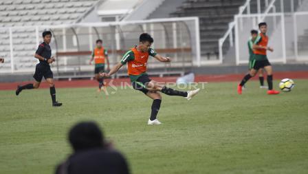 Aksi Feby Eka Putra saat melepaskan tendangan jarak jauh dan tercipta gol ke gawang M. Riyandi pada internal game Timnas U-23 di stadion Madya, Senayan, Sabtu (09/03/19).