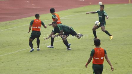 Marinus Wanewar (tengah) gagal melakukan sundulan ke gawang pada internal game Timnas U-23 di stadion Madya, Senayan, Sabtu (09/03/19).