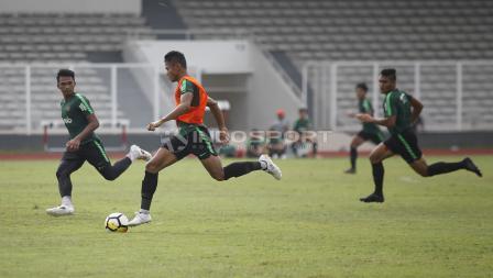 Aksi Dimas Drajad (tengah) menggiring bola dibayangi oleh Bagas Adi (kiri) pada internal game Timnas U-23 di stadion Madya, Senayan, Sabtu (09/03/19).