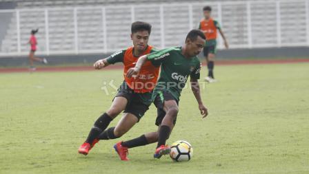 Duel antara Todd Rivaldo Ferre (kanan) dengan Nurhidayat (kiri) pada internal game Timnas U-23 di stadion Madya, Senayan, Sabtu (09/03/19).