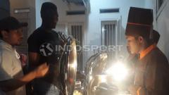 Indosport - Amido Balde saat berkunjung ke rumah Djadjang Nurdjaman, Jumat (8/3/19).