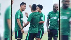 Indosport - Alsan Sanda bersama pemain Timnas Indonesia.