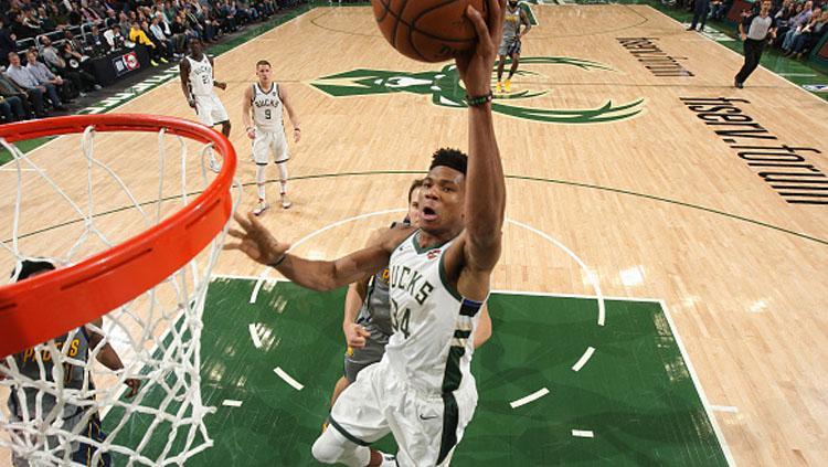 Giannis Antetokounmpo, bintang Boston Celtics saat ingin memasukkan bola ke dalam ring. Copyright: INDOSPORT