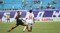 Indosport - Duel antarpemain dalam laga PSM Makassar vs Persipura Jayapura di Piala Presiden 2019, Minggu (10/03/19).