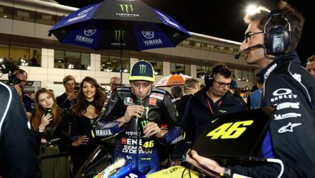 Valentino Rossi minum terlebih dahulu sebelum memulai balapan.
