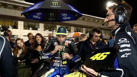 Valentino Rossi saat minum sebelum menjalani tes modif. - INDOSPORT
