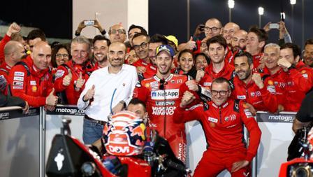 Andrea Dovizioso berfoto dengan kru timnya usai memenangkan seri MotoGP Qatar.