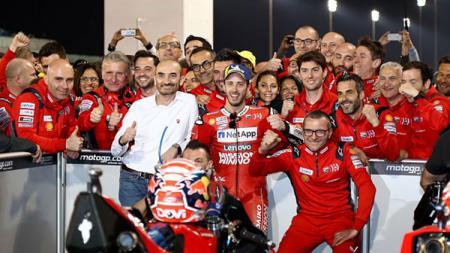 Andrea Dovizioso berfoto dengan kru timnya usai memenangkan seri MotoGP Qatar. - INDOSPORT