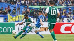 Indosport - Andri Muladi ketika membela Persebaya vs Persib.