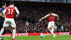 Indosport - Granit Xhaka, gelandang serang Arsenal saat melepaskan tembakan ke arah gawang Manchester United.