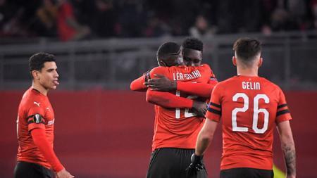 Selebrasi para pemain Rennes saat kalahkan Arsenal di leg pertama babak 16 besar Liga Europa 2018/19. - INDOSPORT