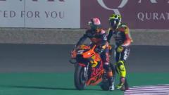 Indosport - Johann Zarco memberikan tumpangan pada Andrea Iannone yang terjatuh di MotoGP Qatar 2019, Senin (11/03/19).