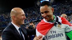 Indosport - Selebrasi Zinedine Zidane (kiri) dan Keylor Navas (kanan)
