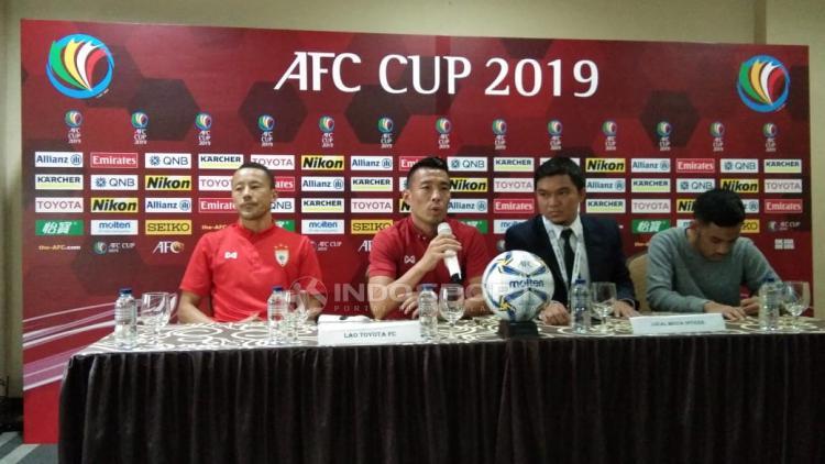 Pelatih Lao Toyota FC, Jun Fukuda saat preskon jelang melawan PSM Makassar. Copyright: Zainal Hasan/Indosport.com