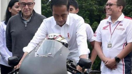 Presiden Jokowi menjajal motor MotoGP versi jalan raya Honda RC213V-S - INDOSPORT