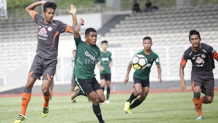 Pemain Timnas Indonesia U-23, Billy Keraf (kedua kiri) melewati hadangan pemain Semen Padang pada laga uji coba di stadion Madya Senayan, Selasa (12/03/19). Kedua tim bermain imbang dengan skor 2-2.