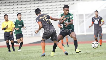 Pemain Timnas U-23, Osvaldo Haay dijaga ketat oleh pemain Semen Padang pada laga uji coba di Stadion Madya Senayan, Selasa (12/03/19).
