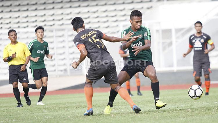 Pemain Timnas U-23, Osvaldo Haay dijaga ketat oleh pemain Semen Padang pada laga uji coba di Stadion Madya Senayan, Selasa (12/03/19). Copyright: Herry Ibrahim/INDOSPORT