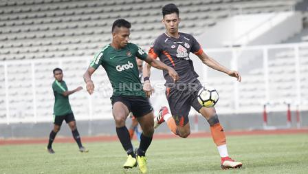 Duel antara pemain Timnas U-23, Osvaldo Haay yang dijaga ketat oleh pemain Semen Padang pada laga uji coba di stadion Madya Senayan, Selasa (12/03/19).